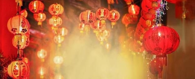 Chinesische neujahrslaternen in chinatowntext bedeuten glück und gesundheit