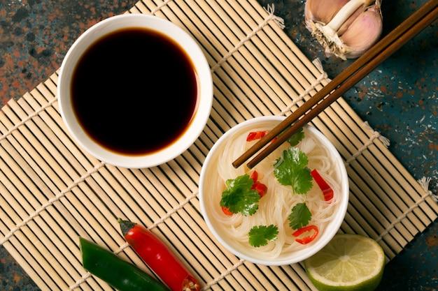 Chinesische nudel mit paprikapfeffer