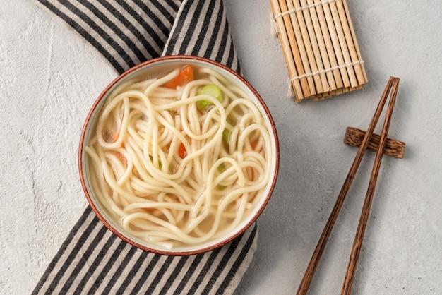 Chinesische nudel oder udon mit gemüse und essstäbchen