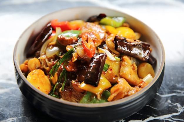 Chinesische nudeln mit gebratener hühner-erdnuss