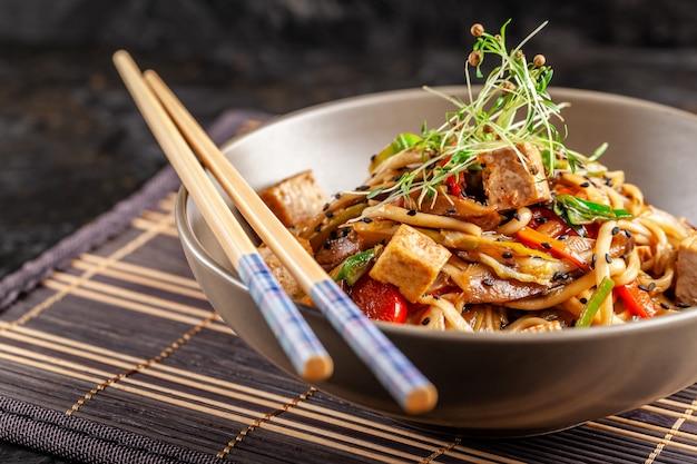 Chinesische nudeln mit huhn.