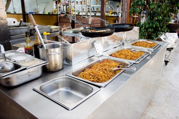 Chinesische nudeln mit sojasoße in einem restaurant