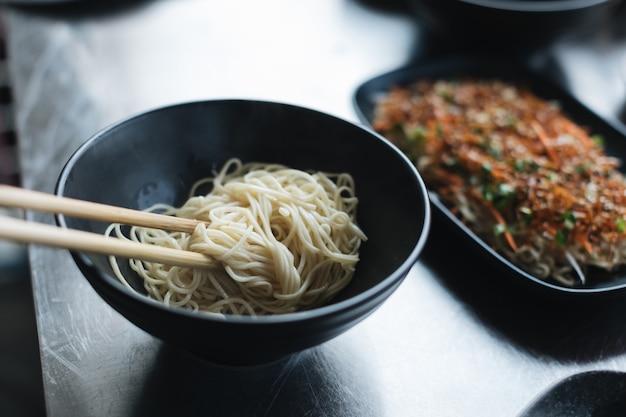 Chinesische nudelsuppe, traditionelles chinesisches essen in nahaufnahme