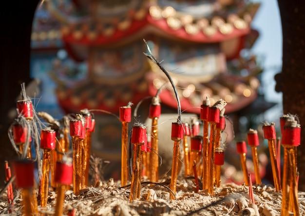 Chinesische ritualkerzen nach der zeremonie im tempel.