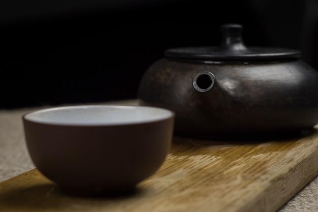 Chinesische teezeremonie. teekanne und schüssel