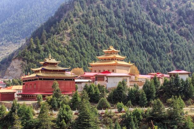 Chinesische tempel- oder pagodentibet-art und öffentlicher ort der marksteine in ganzi, sichuan, china