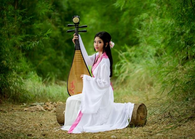 Chinesische traditionelle tracht, die traditionelle chinesische pipa spielt