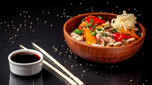 Chinesische udonnudeln mit huhn.