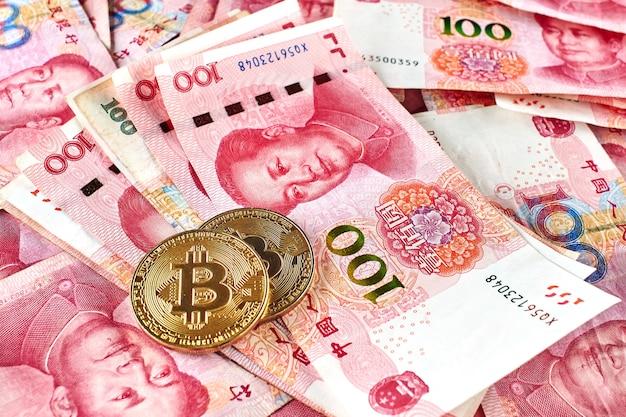 Chinesische yuan geld und kryptowährung bitcoin nahaufnahme. digitales virtuelles internet-währungsinvestitionskonzept
