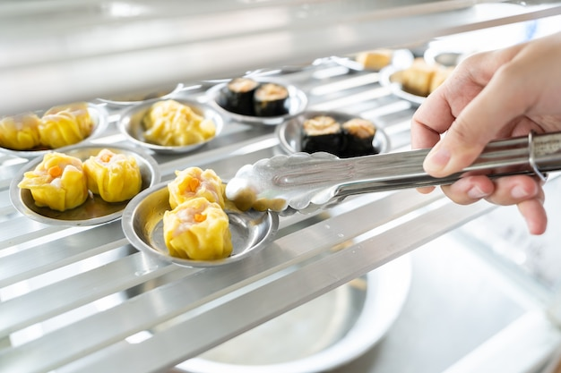 Chinesische zubereitung von gemüsedim sum (yumcha). asian food chinesische traditionelle küche.