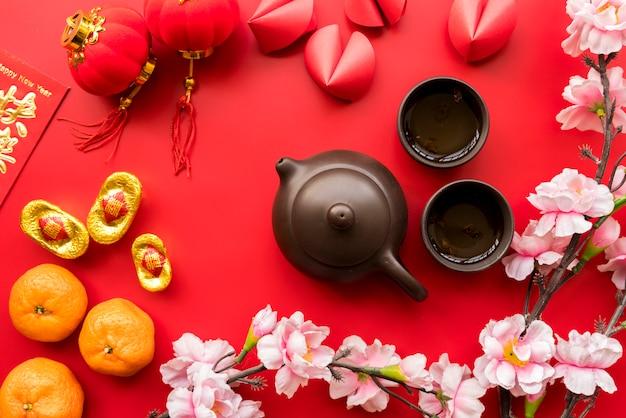 Chinesische zusammensetzung des neuen jahres mit tee