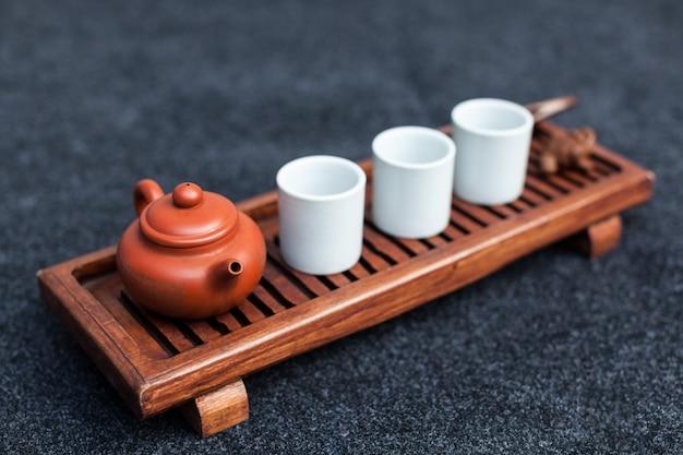 Chinesischen tee in keramik brauen