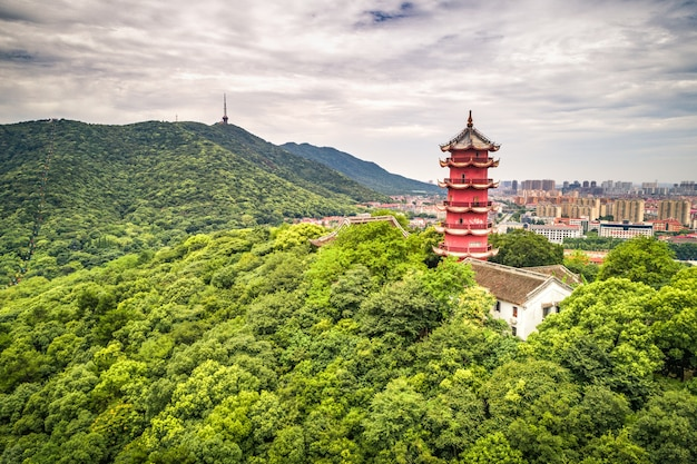 Chinesischer alter turm auf dem berg