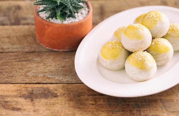Chinesischer blätterteig- oder mondkuchen füllte mit süßer mungobohnenpaste und gesalzenem eigelb auf weißer platte