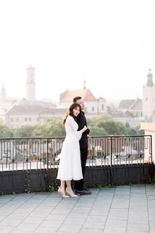 Chinesischer bräutigam hübscher mann und braut junge süße frau im weißen hochzeitskleid