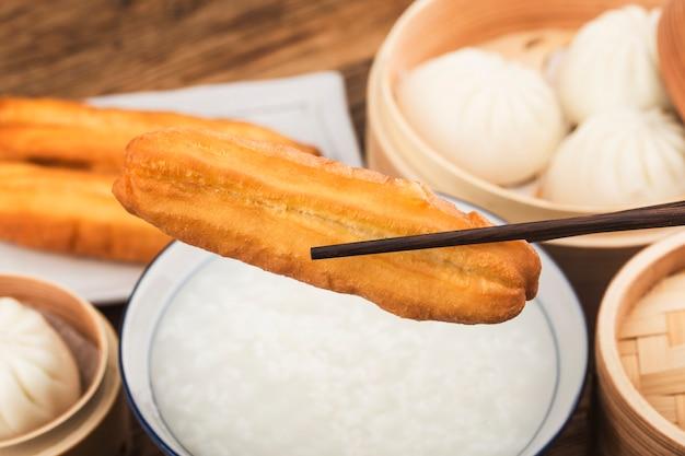 Chinesischer gebratener teig oder frittierter teig
