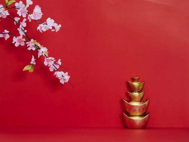 Chinesischer goldbarren auf rot