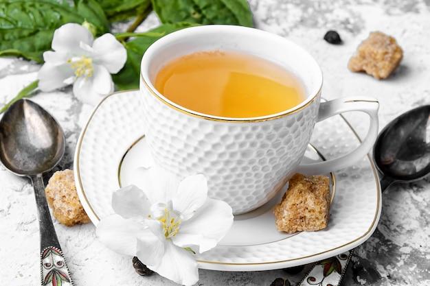 Chinesischer grüner tee mit jasmin