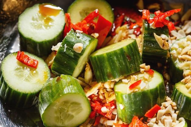 Chinesischer gurkensalat mit knoblauch, chili, sojasauce