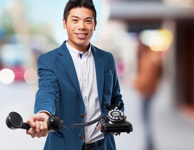 Chinesischer mann mit telefon sprechen