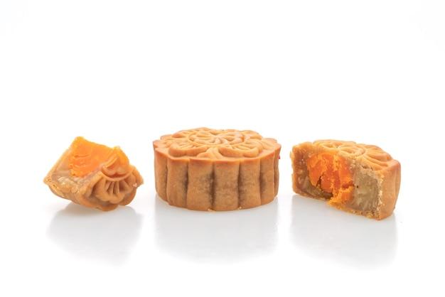 Chinesischer mondkuchen durian und eigelb-geschmack isoliert auf weißem hintergrund
