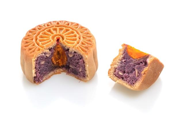 Chinesischer mondkuchen lila süßkartoffel- und eigelbgeschmack isoliert