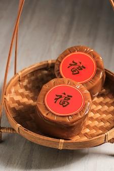Chinesischer neujahrskuchen (mit dem chinesischen schriftzeichen