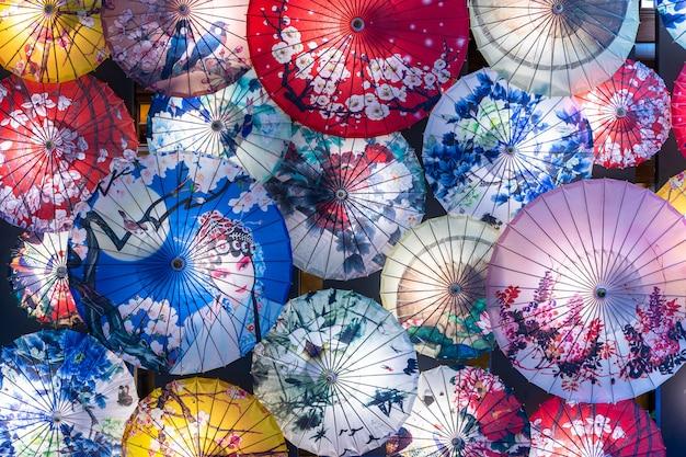 Chinesischer papierschirmhintergrund, chinesische traditionelle regenschirmanzeige.