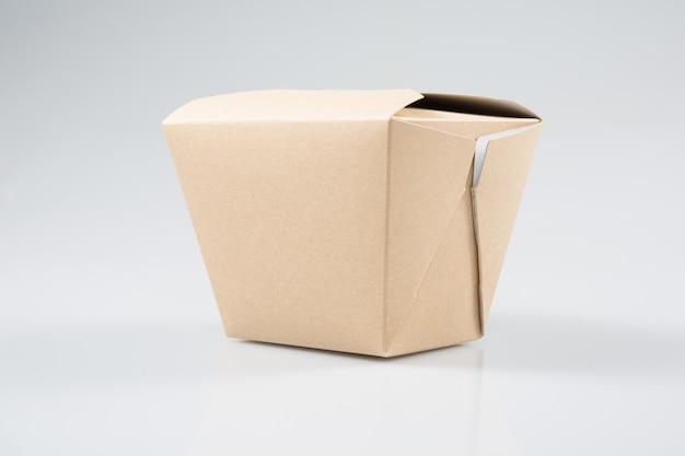 Chinesischer restaurantmitnehmerkasten des papierkastens zum mitnehmen lokalisiert auf weißem hintergrund