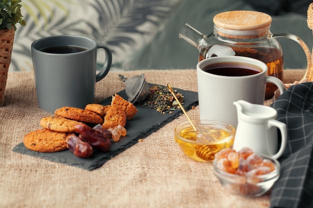 Chinesischer teeteekannenzitronen-ingwerhonig auf heller tischdecke. tee-zeremonie