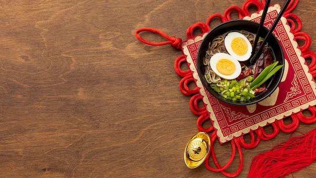 Chinesischer teller des neuen jahres mit eiern