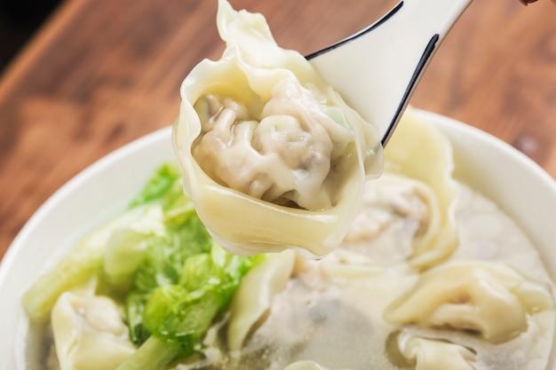 Chinesischer wontonknödel in klarer suppe