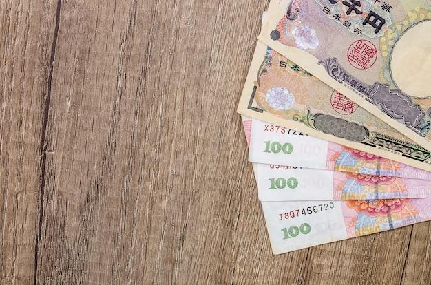 Chinesischer yuan gegen japanischen yen auf schreibtisch