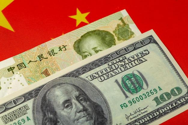 Chinesischer yuan und dollar. chinesische und amerikanische währung, wirtschaft und politik