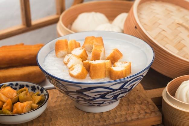 Chinesisches brei-frühstücksset, gebratene teigstangen, weißer brei,