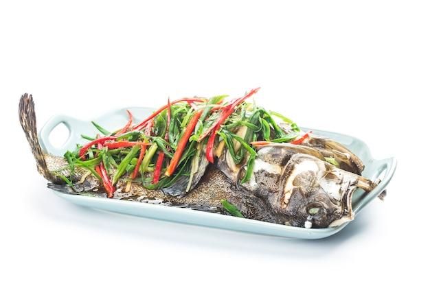 Chinesisches essen: ein köstlicher gedämpfter zackenbarsch
