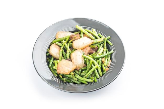 Chinesisches essen: gebratene knoblauchsprossen mit schweinefleisch umrühren.