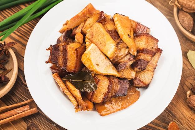Chinesisches essen: geschmortes schweinefleisch mit bambussprossen