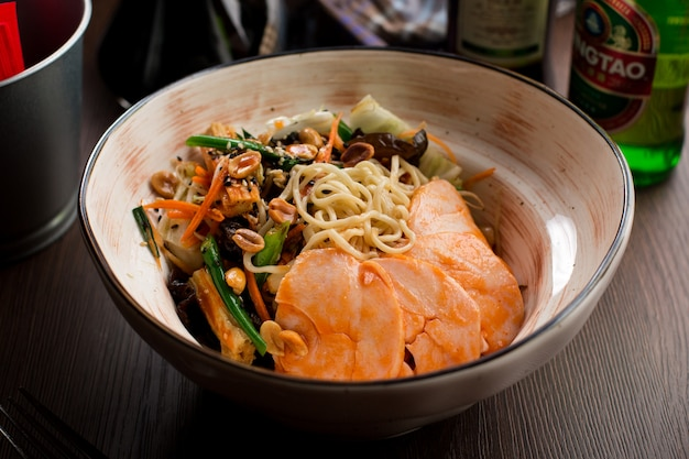 Chinesisches essen: huhn mit nudeln und erdnüssen