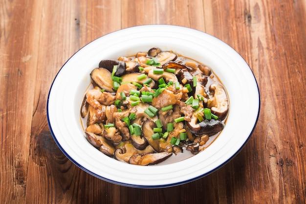 Chinesisches essen und shiitake-pilz mit hühnchen gebraten