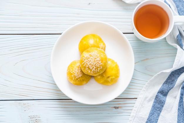 Chinesisches gebäck oder mondkuchen gefüllt mit mungobohnenpaste und gesalzenem eigelb