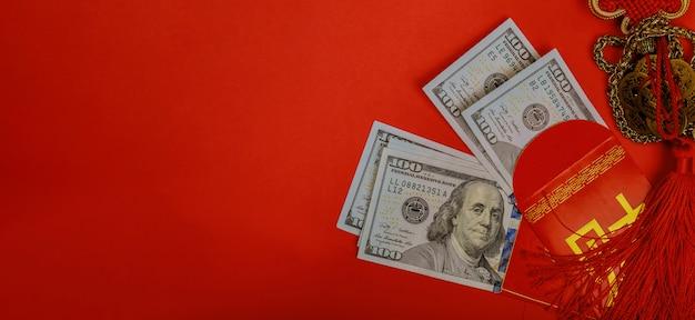 Chinesisches geldpaket des neuen jahres und des us-dollars geld