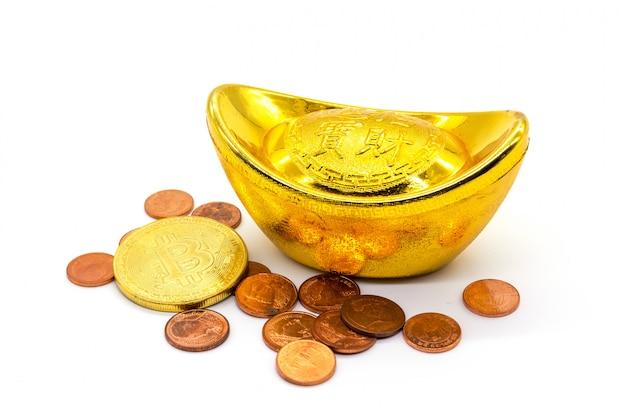 Chinesisches goldsycee (yuanbao) und bitcoin auf weiß