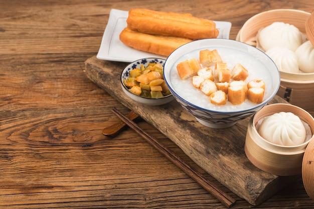 Chinesisches haferbrei-frühstücksset, gebratene teigstangen