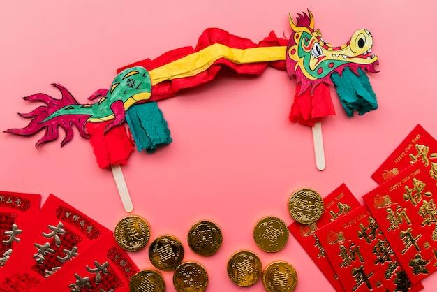 Chinesisches konzept des neuen jahres mit handgemachtem drachen