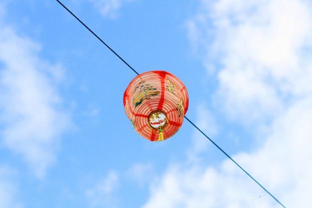 Chinesisches lattern, das im himmel hängt