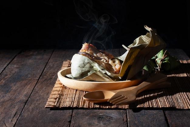 Chinesisches lebensmittel des heißen und frischen reismehlkloßdampfs auf weinlesetabelle