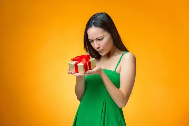 Chinesisches mädchen mit einem geschenk