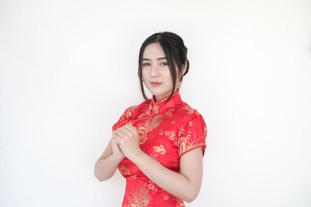 Chinesisches neujahr. asiatische frauen in traditionellen chinesischen cheongsam-kleidern mit grüßen.