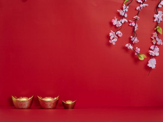 Chinesisches neujahr. blumen und chinesischer goldbarren